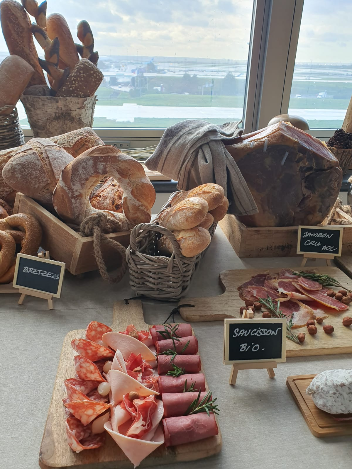 LUFTHANSA espace collation pains, fromages et charcuteries